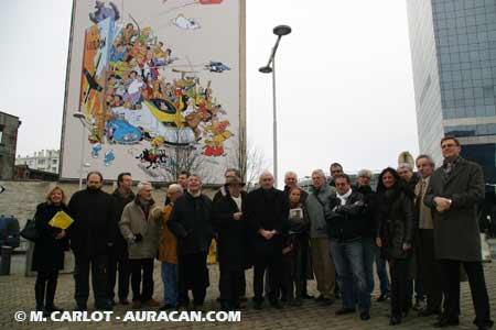 Les auteurs présents posant devant la fresque © Marc Carlot / Auracan.com