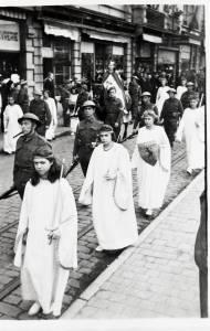 Dans la procession, en 1945