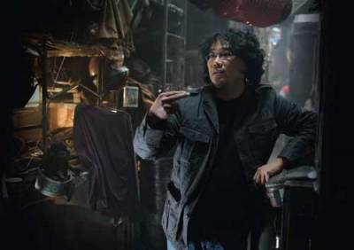 Le réalisateur coréen, Bong Joon Ho, dans le décor du film