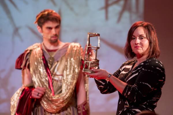 Valérie Truffin-Delaby recevant le Prix Diagonale de la meilleure série pour Murena © Marc Carlot