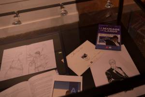 Dans une vitrine, le timbre Largo Winch et l'album Le Mariage de Largo