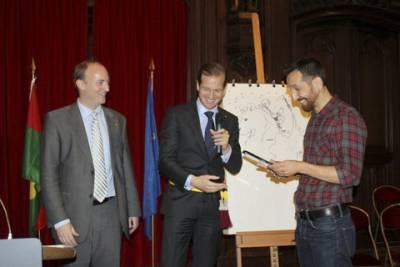Ralph Meyer recevant le Prix Saint-Michel du Meilleur Dessin pour Undertaker T1