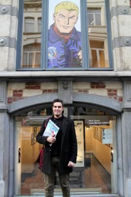 Jean-Michel Arroyo devant la galerie bruxelloise